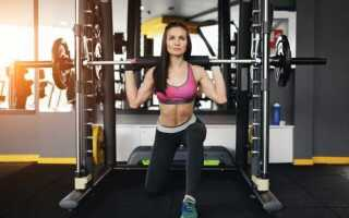 Выпады в тренажере Смита с утяжелителями или собственным весом. Приседания со штангой, гирей и гантелями для прокачки ягодичных мышц