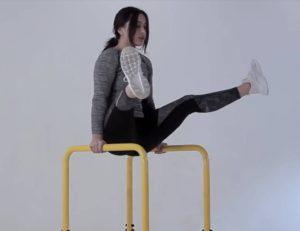 Акробатика для пресса на брусьях