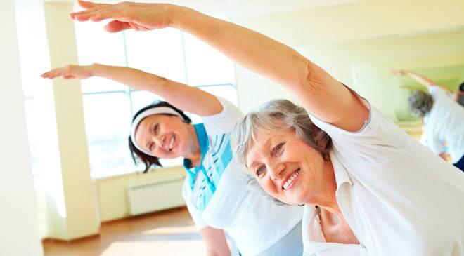 Людям преклонного возраста, мало двигающимся, всегда рекомендуется выполнять физические упражнения.