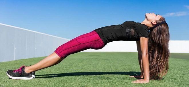 Основной акцент обратной планки лежит на мышцах спины.