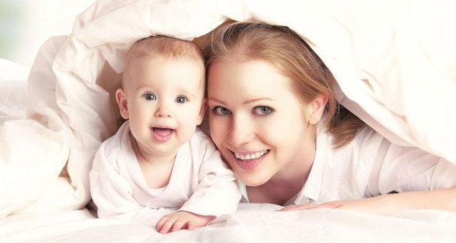 Движение и положение лежа на животе — хороший способ самостоятельной помощи для возвращения матки к первоначальному состоянию и скорейшему ее очищению.