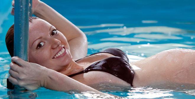 Одно из положительных воздействий воды на наше тело — это снятие нагрузки с позвоночника и суставов, что особенно актуально во время беременности, в условиях постоянно растущего веса женщины.