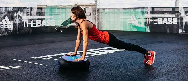 Для физически продвинутых спортсменов используются тренажеры вроде баланс-борда, благодаря которому мышцы остаются в постоянном напряжении.