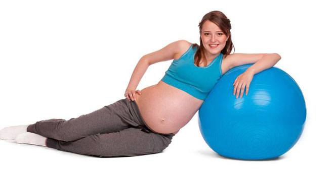 Фитбол — отличный спортивный снаряд, который подходит для будущих мам с абсолютно любым уровнем физической подготовки.