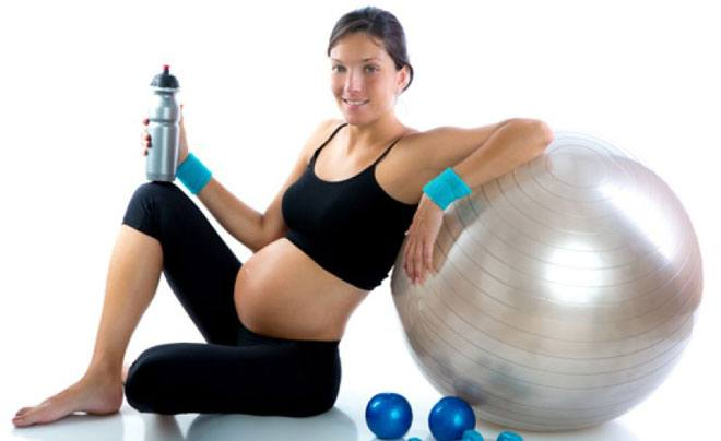 Не пытайтесь резко сбросить лишние килограммы: 400−600 граммов в неделю — вот безопасная скорость снижения веса для недавно родившей женщины.