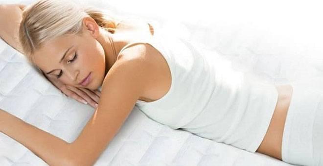 Когда двигательная активность в первый день после родов или кесарева сечения ограничены из-за плохого самочувствия, тогда можно и нужно спать и лежать на животе.