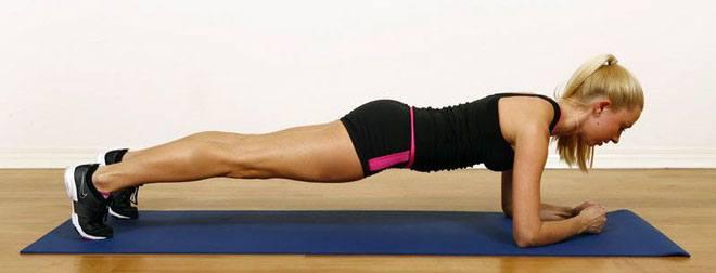 Чтобы не травмировать локти, под них лучше подложить что-нибудь мягкое, например коврик для фитнеса.