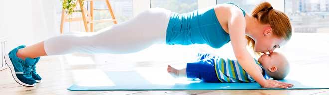 Для коррекции живота подойдут стандартные упражнения на пресс. Для большей эффективности их можно выполнять с утяжелением, взяв в руки гантели.
