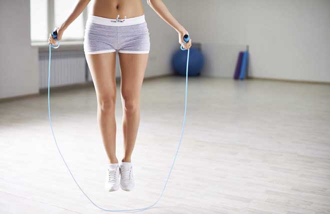 Прыжки через скакалку особенно эффективны для уменьшения объемов нижней части тела.