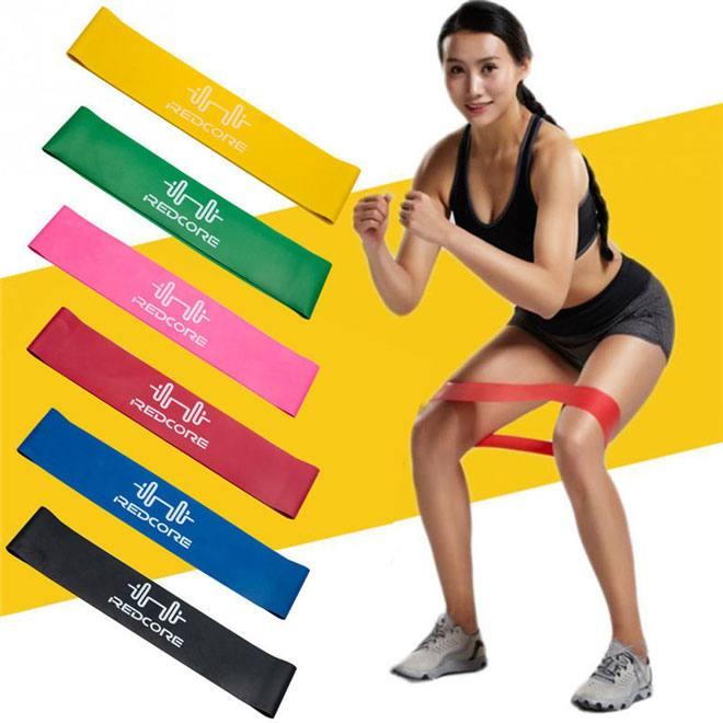 Инвентарь хоть и простой, но функциональный. С ним обычная тренировка более продуктивна за счёт силы сопротивления. Нагрузка регулируется в том числе и амплитудой растяжения.