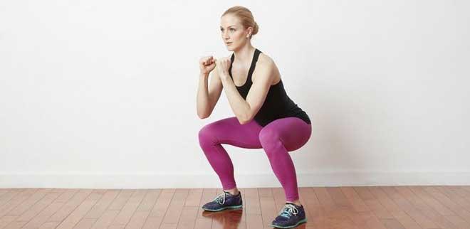 Плие популярно среди девушек, посещающих фитнес-клубы, так как помогает быстро избавиться от лишней жировой ткани на бедрах и привести их в форму.