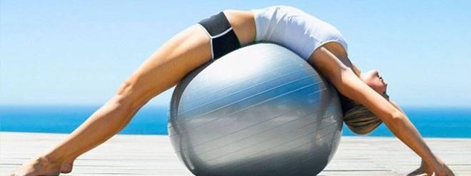 Одним из плюсов фитбола является возможность выполнять привычные упражнения из нестандартных положений.