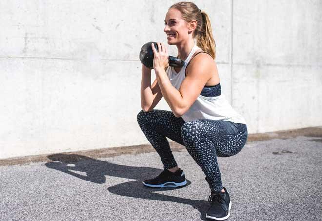 Приседания с гирей, или как их еще называют «гоблет», или кубковые приседания – это великолепное упражнение для развития мускулатуры бедер и ягодиц.