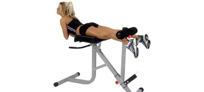 Колени должны быть слегка согнутыми в процессе всей тренировки. При полном выпрямлении ног создастся нагрузка на коленные суставы.