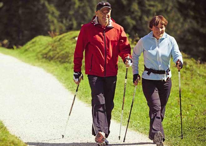 К признакам заболевания относят тупые или ноющие боли, скованность, затруднение движения, хруст.