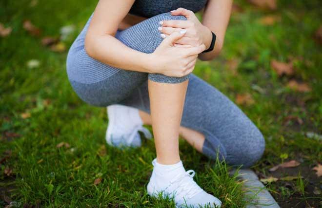 Мениск колена – плоский хрящ в форме полулуния, расположенный в полости коленного сустава между бедренной и большеберцовой костями.