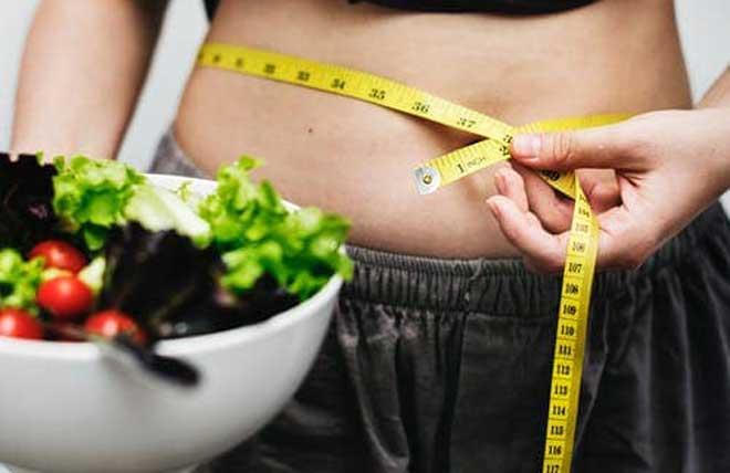 Отказ от углеводов постепенно нормализует обмен веществ, заставляя организм тратить запасы жира, а не требовать глюкозу из быстрых углеводов.