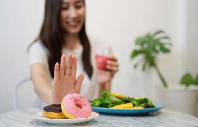 Разделите пирожное пополам с подругой или второй половиной. Удовольствие от сладости вы получите, но съедите в два раза меньше сахара.