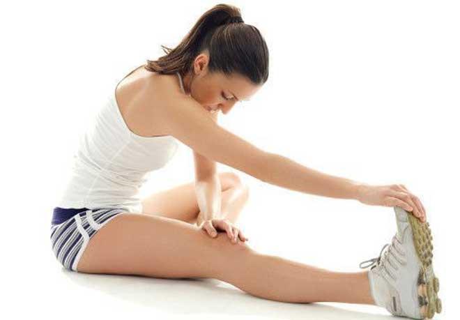 Чтобы избежать повреждений коленных суставов обязательно выполняйте их разминку перед серьезной физической нагрузкой.