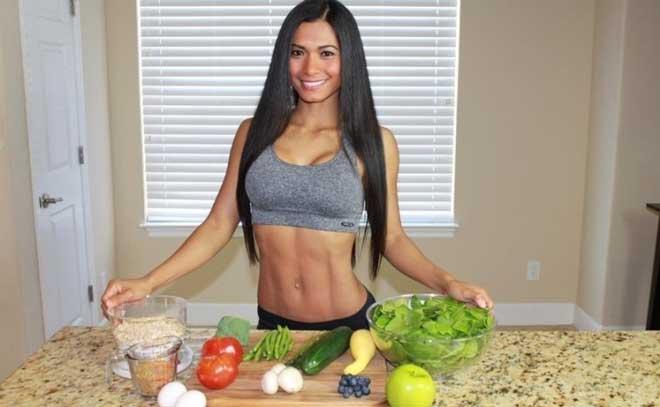 Девушкам не стоит слепо применять те же жесткие диеты для похудения, что и мужчинам.