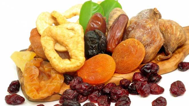 Лучше всего наш организм воспринимает железо, полученное из мяса (в среднем усваивается 20%), чуть хуже — из рыбы и морепродуктов (около 11%), бобовых (7%) и орехов (6%). Из фруктов, овощей и круп усваивается лишь 1-3% железа.
