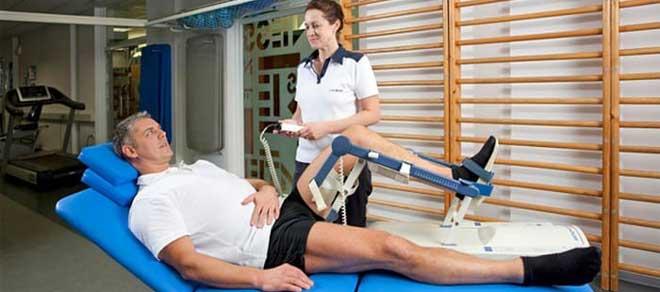 Стартует реабилитация после эндопротезирования коленного сустава сразу же, как перестает действовать наркоз.