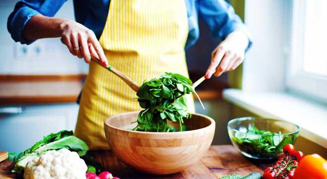 Мучное не принесет вам пользы, даже если употреблять его утром - это простые углеводы и сахар, которые всего лишь ненадолго насытят организм и возбудят аппетит снова.