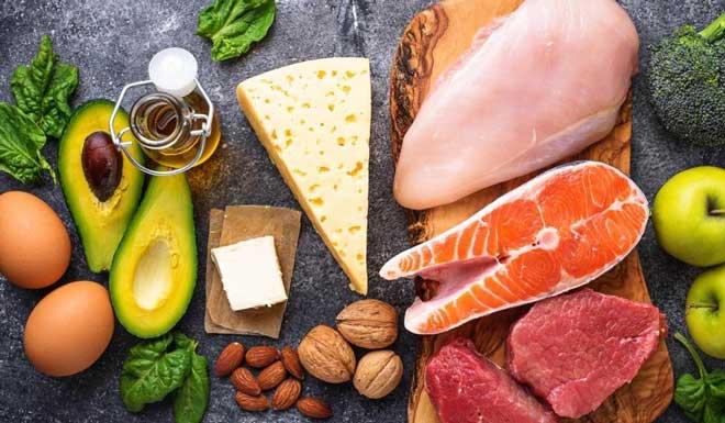 Белки стимулируют производство гормонов. Так при нехватке гормона роста врачи обязательно рекомендуют белковую диету.