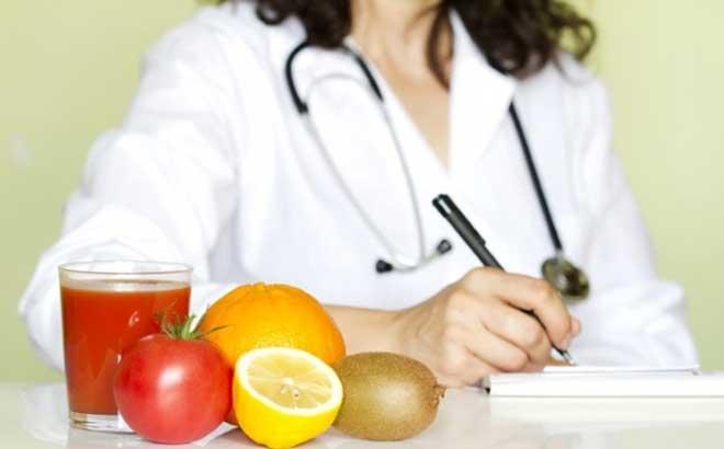 После хирургического вмешательства, проведенного под общим наркозом, прием пищи и жидкости в течение первых 12 часов не допускается.