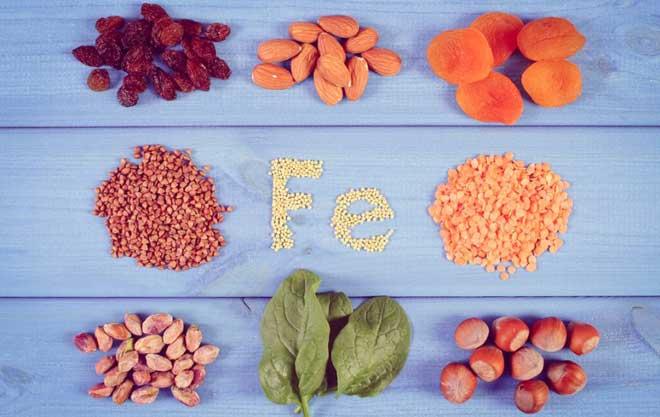 Для улучшения усвоения железа важно также получать в нужном количестве витамины и минералы, которые играют роль катализаторов и помогают этому элементу всасываться.