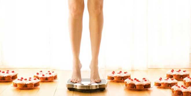 Из пищи исключается сахар как подсластитель, ограничивается соль и специи. Нужно употреблять не менее 1,5 литров жидкости в день.
