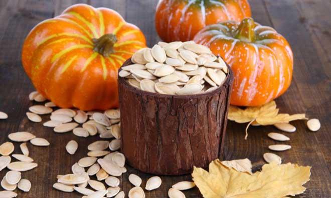 Тем, кто соблюдает диету, следует особенно ограничить употребление семечек, ведь в 100 граммах содержится 559 кКал.