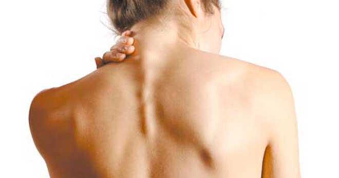 Некрасивый горбик на шее беспокоит не только сорокалетних женщин. Эта проблема проявляется в любом возрасте.