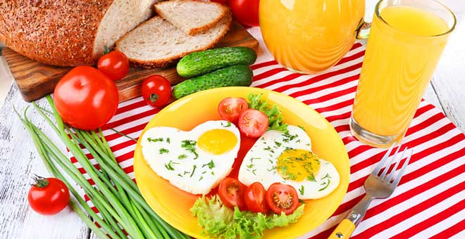 Правильный завтрак для похудения позволяет стабилизировать метаболизм и вывести из организма лишнюю жидкость.