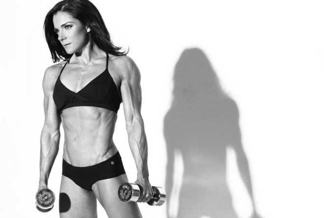 Не стоит пренебрегать силовыми упражнениями, которые способствуют не только сжиганию жира, но и развитию мышечной массы