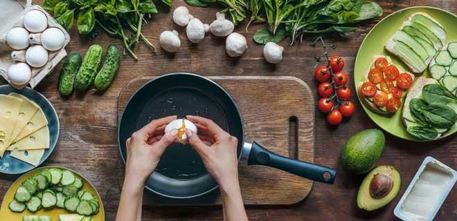 Худеть на яичной диете комфортно: сытно и на готовку не надо тратить много времени.