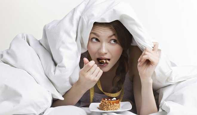 Употребление пищи на ночь замедляет вырабатывание мелатонина, благодаря которому приходит сон.