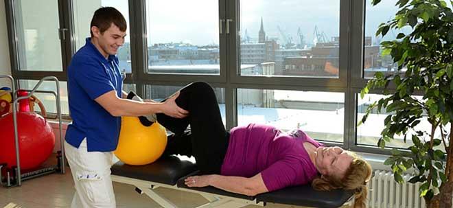 Реабилитация после замены коленного сустава – набор мероприятий, в который входят упражнения, физиотерапия и медикаменты (при необходимости).