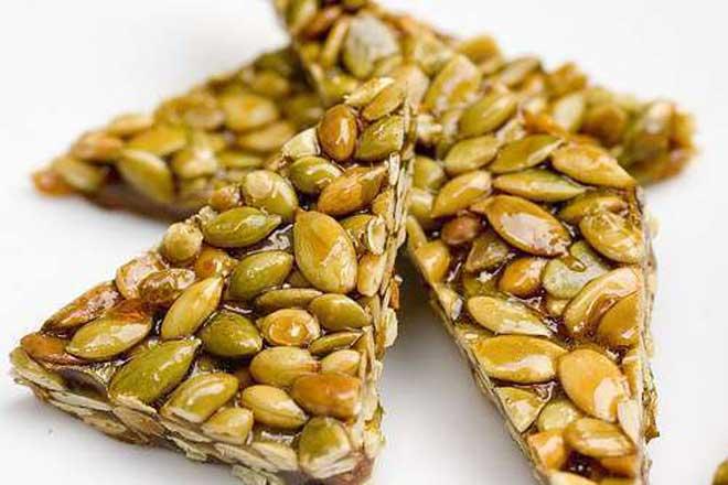 Любые семечки очень калорийны, так как являются «строительным материалом» для целого будущего растения и содержат много жиров.