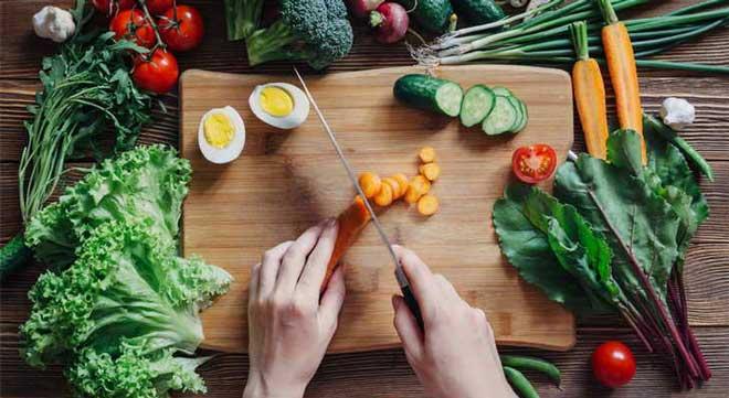 Лучше всего есть овощи в свежем виде, например, готовить из них салаты. Также можно варить легкие овощные супы.