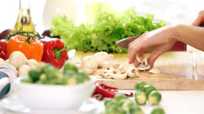 Если вы будете употреблять перед сном продукты с повышенной калорийностью, то вскоре живот, бока и бедра увеличатся в объеме.