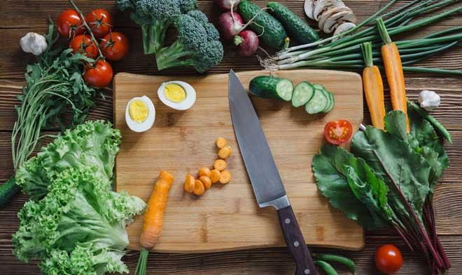 Запланируйте нужный объем углеводов и белков, а перед выходом из дома хорошо позавтракайте.