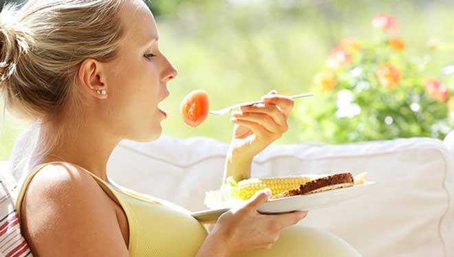 Храните в холодильнике заранее нарезанные овощи и фрукты для легких перекусов или носите в сумке несоленые орешки.