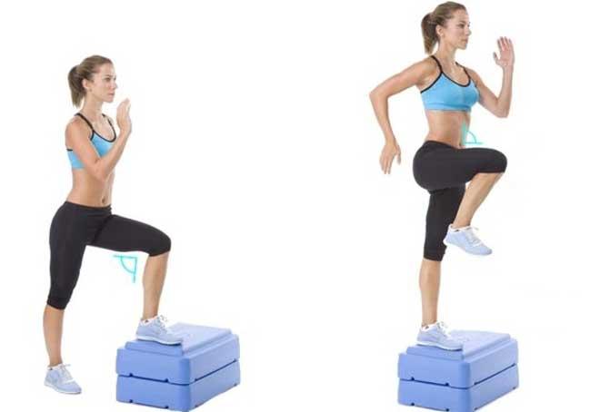Степ-аэробика — это низкоударная кардио-тренировка, в основе которой лежат простые хореографические движения на специальной возвышенности.