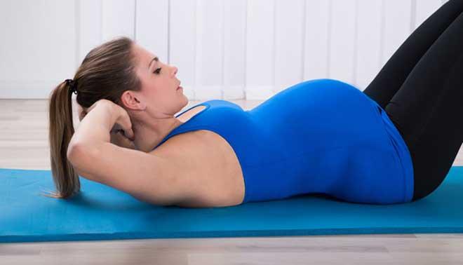Пешие прогулки, йога, плавание и гимнастика не навредят, а вот силовые упражнения могут быть опасны для малыша.