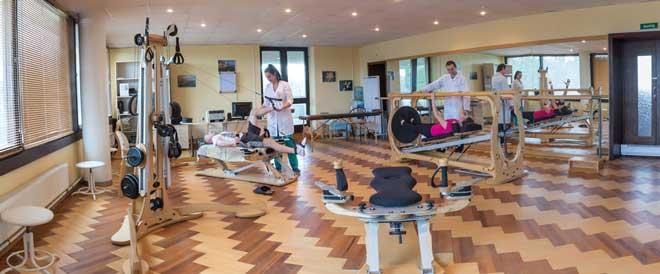При занятиях дома важно не прерывать ЛФК и лечебные прогулки, чтобы восстановление прошло в полном объеме.