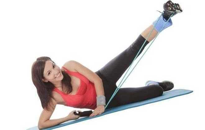Упражнения с эспандером для девушек это неплохой способ заниматься домашним фитнесом, позволяющий привести фигуру в тонус.