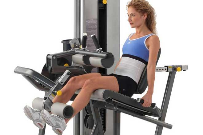 Разгибания применяются в качестве разминки перед основной тренировкой ног, для предварительного утомления (на продвинутом уровне) или для добивания квадрицепсов после базовых упражнений.