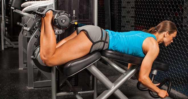 При выполнении разгибаний ног основная нагрузка приходится на четырехглавую мышцу бедра, то есть квадрицепс.
