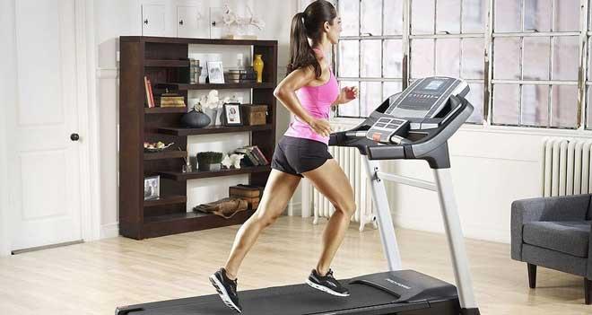 Беговая дорожка включает в работу ноги и спину, за час тренировки можно сжечь около 800 ккал.